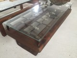 Mesa de centro, con reja antigua y madera de pino, incluye cristal. Mide 1,32 cm x 60 cm x 42 cm de alta.