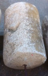 Rulo de piedra viva. Mide 61 cm de diámetro x 86 cm de alto.