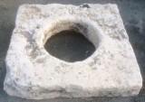 Pozo de piedra caliza. Mide 1.10 cm x 1.04 cm x 30 cm de alto, y 56 cm de diámetro interior.
