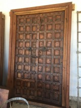 Puerta de madera antigua de 2 hojas. Mide 1,49 cm x 2,29 cm de alta