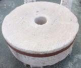 Piedra de molino. Mide 1.20 cm de diámetro x 40 cm de gruesa.