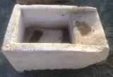 Pila de lavar antigua, mide 75 cm x 49 cm x 36 cm de alto.
