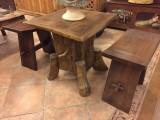 Conjunto de mesa y bancos rústicos. La mesa mide 60x60x60 cm. Y los taburetes miden 50x28x50 cm altos.