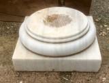 Base de mármol blanco Macael acabado apomazado. Mide 37x37x15 cm de alto.