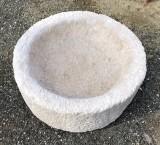 Pila de piedra abujardada. Mide 43 cm de diámetro x 15 cm de alta