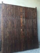 Puerta de madera antigua restaurada. Mide 2.48 cm de ancho x 2.11 cm de alto, hojas de 1.24 cm cada una.