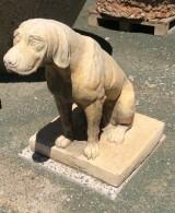 Figura decorativa de piedra y terracota. Mide: 46 cm de ancho x 70 cm alto x 85 cm fondo.