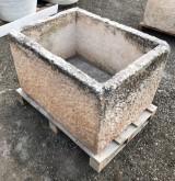Pilón de piedra caliza antiguo. Mide 83 cm x 63 cm x 51 cm de alto