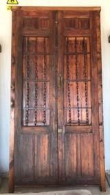 Puerta de madera antigua con reja. Mide 1.43 cm de ancha x 2.77 cm de alta