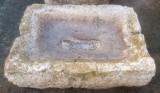 Pilón rectangular de piedra viva. Mide 93 cm x 66 cm x 27 cm de alto.
