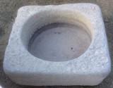 Pilón cuadrado de granito. Mide 63 cm x 63 cm x 18 de alto.