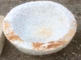 Pila de mármol blanco Macael, abujardada por dentro y por fuera. Mide 50 cm de diámetro x 20 cm de altura.