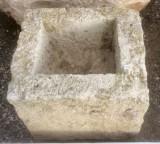 Pila de piedra arenisca. Mide 42 cm x 38 cm x 35 cm de alta x 16 cm de profundidad.