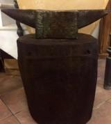 Yunque antiguo de fragua, con pie de madera. Mide 68 cm de largo x 18 cm de ancho x 17 cm de alto. Con el pie mide 75 cm de alto.