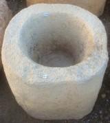Pila de piedra arenisca. Mide 47 cm de diámetro x 34 cm de alta.