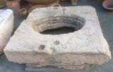 Pozo de piedra caliza. Mide 1.30 cm x 1.20 cm x 32 cm de alto, y 83 cm de diámetro interior.