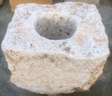 Pozo de piedra viva. Mide 83 cm x 90 cm x 58 cm de alto, y 40 cm de diámetro interior.