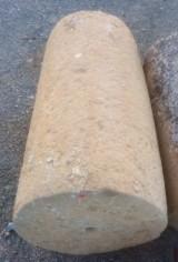 Rulo de piedra caliza. Mide 52 cm de diámetro x 98 cm de alto.