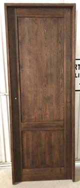 Puerta de madera de pino lacada en color nogal, mide 72,5 cm de hoja x 2,03 m de alta