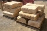 Pasamanos de piedra natural, mide 48 cm de ancho x largo libre x 24 cm de altura.