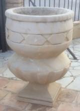 Pareja de copas decorativas en piedra. Miden 40 cm x 40 cm de base, 65 cm de diámetro x 90 cm de altura y 30 cm de profundidad. Se venden juntas.