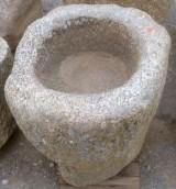 Pilón redondo de granito. Mide 64 cm de diámetro x 50 cm de alto.