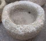 Pilón redondo de granito. Mide 70 cm de diámetro x 40 cm de alto.