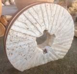 Piedra de molino de piedra viva. Mide 1.32 cm de diámetro x 26 cm de grueso