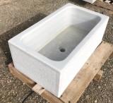 Fregadero de mármol blanco Macael acabado a cincel. Mide 80 cm x 45 cm x 30 cm de alto