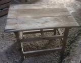 Mesa de madera pino. Mide 76 cm x 54 cm x 56 cm de alto