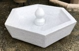 Fuente de centro hexagonal en mármol blanco Macael abujardado. Mide 80 cm de diámetro x 31 cm de alta.