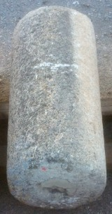 Rulo de piedra caliza. Mide 48 cm de diáemetro x 1.04 cm de alto.