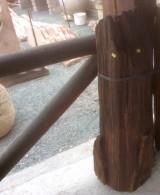 Viga de madera rústica de pino. Mide 25 cm de diámetro x 1 m de altura
