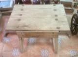 Mesa de madera pino blanco con cajón. Mide 71 cm x 49 cm x 55 cm de alto