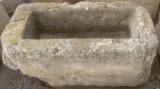 Pila de piedra arenisca. Mide 90 cm x 44 cm x 40 cm de alta