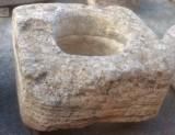 Pozo de piedra caliza. Mide 96 cm x 94 cm x 56 cm de alto, y 50 cm de diámetro interior.