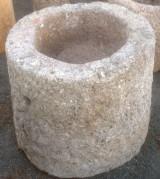 Pilón de granito redondo. Mide 70 cm de diámetro x 60 cm de alto.