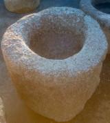 Pilón redondo de granito. Mide 70 cm de diámetro x 59 cm de altura.