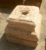 Base de piedra antigua. Mide 24x24x24 cm de alta.