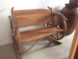 Banco de madera hecho con ruedas de carro. Mide 1,33 de largo x 80 cm ancho x 1 mtr alto