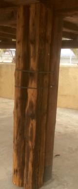 Viga de madera rústica. Mide 30 cm de diámetro x 2.02 cm de altura.