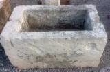 Pilón rectangular de piedra arenisca. Mide 92 cm x 53 cm x 48 cm de alto.