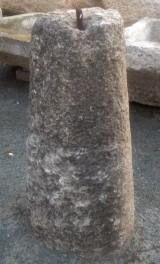 Rulo de piedra arenisca. Mide 35 cm de diámetro x 90 cm de alto