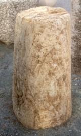 Rulo de piedra viva. Mide 40 cm de diámetro x 70 cm de alto.