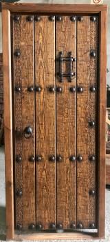 Medidas: 94 cm ancho x 2.09 cm alto. Con cerradura de seguridad, madera maciza de pino rojo. Apertura a derechas.