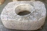 Pozo de piedra viva. Mide 1.20 cm x 84 cm x 30 cm de alto, y 50 cm de diámetro interior.