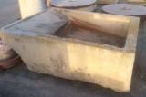 Pila de lavar de piedra antigua, mide 1.75 cm x 1.32 cm x 54 cm de alta.