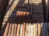 Losa de barro antigua, bordes escantillados, patinada. Mide 24x24x3 cm. En stock hay 148 Uds = 8,52 m2