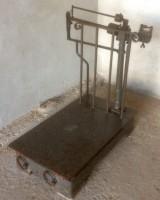 Báscula de hierro, mide 97 cm x 75 cm x 1 mt de alto