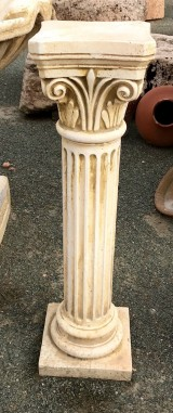 Columna de piedra artificial. Mide 21 cm de diámetro x 79 cm de alta